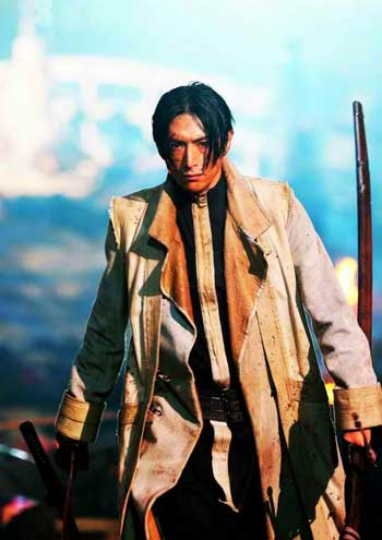 "Yusuke Iseya as Aoshi Shinomori in ""Rurouni Kenshin: The Inferno"" (Photo courtesy of Warner Bros.)"