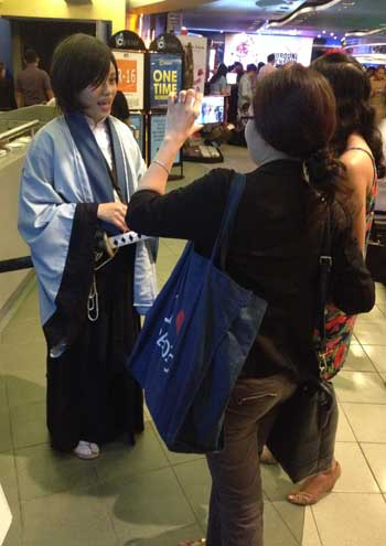 Cosplayer and super Kenshin fan Jean Bunyi granted us an interview while waiting in line for the premiere.