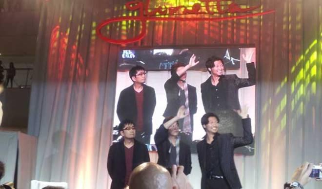 "'Rurouni Kenshin"" director Keishi Otomo and actors Takeru Satoh and Munetaka Aoki waving at their fans."